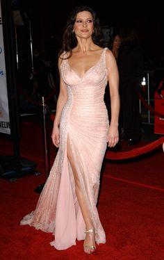 Catherine Zeta Jones-- pretty in pink. Tirantes estrechos, escote en V, corte sirena y detalles en caderas.