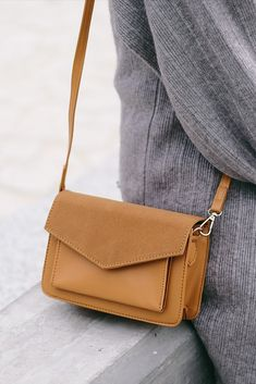 Leather and Suede Minimalist Cross Body Bag Source by shalexnet and purses crossbody Hermes Handbags, Cheap Handbags, Purses And Handbags, Luxury Handbags, Popular Handbags, Designer Handbags, Minimalist Bag, Minimalist Living, Minimalist Fashion