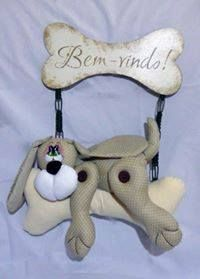 FELTRO MOLDES ARTESANATO EM GERAL: CACHORRO COM MOLDES - CRÉDITOS NA FOTO Owl Crafts, Flower Crafts, Diy And Crafts, Christmas Dog, Christmas Crafts, Felt House, Dog Quilts, Felt Mobile, Fabric Animals