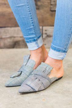 - Women shoes Flats Classy - Women shoes Comfortable Simple - Women shoes Sneakers White - Women shoes For School Comfy Shoes, Comfortable Shoes, Casual Shoes, Trendy Shoes, Clarks, Cute Womens Shoes, Shoes For School, Shoes 2018, Flat Mules