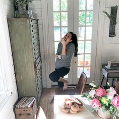 With the rumored due date only one month away, see pregnant Joanna Gaines's baby bump in these sweet photos of the Fixer Upper star, who is expecting her fifth child with husband Chip Gaines. Joanna Gaines Baby, Jojo Gaines, Joanna Gaines Farmhouse, Joanna Gaines Style, Chip And Joanna Gaines, Chip Gaines, Joanna Gaines Kitchen, Gaines Fixer Upper, Fixer Upper Joanna