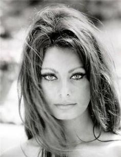 sophia loren ~ beautiful eyes and notice the eyebrows girls! Thai is not Sophia Loren ! Looks just like her, she is a model ! Hollywood Glamour, Hollywood Stars, Old Hollywood, Hollywood Actresses, Classic Hollywood, Divas, Pin Up, Beautiful People, Beautiful Women