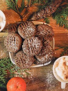 Vegane Schoko Puddingplätzchen Arbeitszeit: ca. 30 Min. / Koch-/Backzeit: ca. 10 Min. / Schwierigkeitsgrad: normalSo langsam beginnt die Weihnachtszeit - die schönste Zeit des Jahres.Und was wäre eine Weihnachtszeit ohne Plätzchen backen?Zusammen mit meiner Tochter habe ich am Wochenende diese veganen Puddingplätzchen gebacken. Sie sind sooo lecker schokoladig