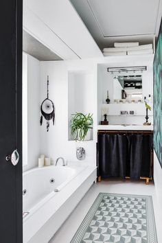 Contemporary design for a Parisian apartment – PLANETE DECO a homes world - Gutzg Sites Cosy Bathroom, Parisian Bathroom, Parisian Apartment, Small Bathroom, Neutral Bathroom, Bathrooms, Bathroom Cabinet With Drawers, Restroom Design, Grey Countertops