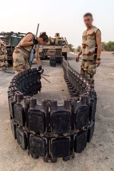 Replacing track pads on French Army Leclerc tank  Via 5eRC deployed in UAE.