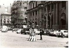 Dirigiendo el tráfico frente al edificio de Correos. años 60