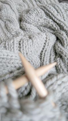 Wełniana narzuta 180 x 200 z grubej wełny (50% wełny, 50% akryl). Ręcznie wykonana na drutach - Siedlisko na wygonie na Mazurach. Doskonała jako pled do otulania, jako narzuta lub nawet dywan :)  #narzuta #pled #wełna #blanket #rękodzieło #knitting #bulky #chunky #wool #woolblanket #diy #hndmade #nawygonie #siedliskonawygonie