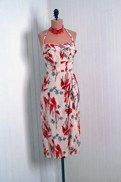 Who wouldn't look like a hot mama in this Vintage Hawaiian wiggle dress. Hawaiian Wear, Vintage Hawaiian, Hawaiian Dresses, Hawaiian Theme, Kitsch, Retro Outfits, Vintage Outfits, 1950s Fashion, Vintage Fashion