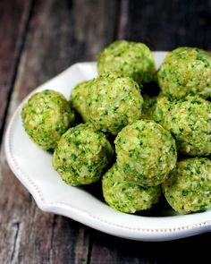 Clean Eating Raw Broccoli Balls…made with clean real food ingredients are ready in about 5 minutes and they're raw vegan gluten-free dairy-free egg-free and paleo-friendly Sans Gluten Vegan, Raw Vegan Recipes, Vegan Foods, Healthy Recipes, Vegan Raw, Free Recipes, Lunch Recipes, Vegetarian Recipes, Raw Vegan Dinners