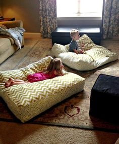 DIY Giant Floor Pillows (a fun sewing craft) Perfect for a basement family room! Home Projects, Sewing Projects, Sewing Crafts, Sewing Diy, Fabric Crafts, Sewing Ideas, Baby Sewing Tutorials, Sewing Aprons, Diy Crafts