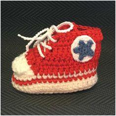 Converse Sneaker Styled Crochet Baby Booties Free Written Pattern – Baby For look here Crochet Baby Shoes, Crochet Baby Booties, Crochet Slippers, Baby Converse, Converse Sneakers, Baby Sneakers, Crochet Baby Blanket Beginner, Baby Knitting, Crochet Designs