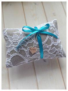 Vintage Ringkissen aus Leinen gefertigt, mit weißer Spitze ummantelt, hellblauem Schleifeband und Love-Anhänger - ein Designerstück von Loveli-Hochzeitsplanung bei DaWanda