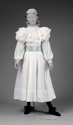 Girls in white dresses with blue satin sashes. American, Printed cotton dress, cotton blouse and silk sash. Old Dresses, Vintage Dresses, Vintage Outfits, Girls Dresses, 1890s Fashion, Edwardian Fashion, Vintage Fashion, 19th Century Fashion, Antique Clothing