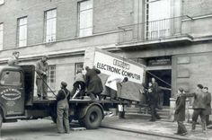 Delivering the first computer in Norwich City council, 26 Amazing Photos That Left a Huge Mark in History. You Have To See This! Popular Mechanics, Windows Mobile, Rare Historical Photos, Old Computers, School Computers, Wtf Fun Facts, Strange Facts, Random Facts, City Council