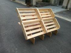 マルシェ(ファーマーズマーケット)で使用する傾斜台を販売しています。 木箱を載せれば、後ろ側が事務用品用の棚になります。