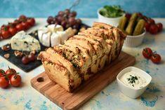 Odrywany chlebek czosnkowy jest przeeepyszny sam w sobie, ale również stanowi genialny dodatek do każdej sałatki, wędliny, szaszłyków czy kiełbasek...