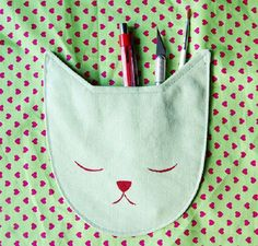 As a Crazy Cat Lady, I go a little nuts whenever I see anything cat-related.  And  cat-related sewing?  That makes my heart skip a beat.  Like this sleepy cat pocket by Meream from Bored & Craf…