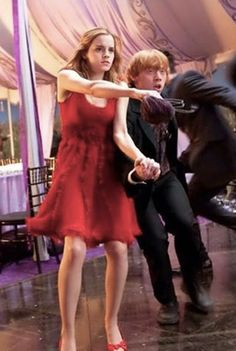 Ron and Hermione struggling to disappear because they're looking for Harry. Harry James Potter, Harry Potter Hermione, Harry Potter Characters, Harry Potter World, Ron Weasley, Harry Potter Memes, Draco Malfoy, Hogwarts, Harry Potter Wallpaper