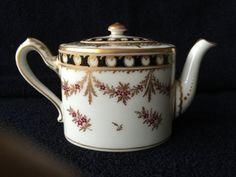 Théière solitaire en porcelaine de Nyon fin du XVIIIe siècle