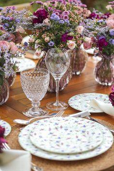 Flores do campo, dianthus, rosa spray e kalanchoe foram harmoniosamente dispostos pelo querido amigo e florista maravilhoso Márcio Leme, da Milplantas, em vasos muranos uva com fios em ouro da Presentes Mickey.