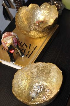 DIY Bowl: 2 balloons, mod podge, gold glitter and a foam brush. C link for great pics & instructions. Mag's Rags to Riches - Diy Arts And Crafts, Fun Crafts, Crafts For Kids, Jewelry Dish, Diy Jewelry, Diy Projects To Try, Craft Projects, Craft Ideas, Balloon Crafts