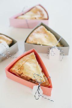 De traktatie tip van deze week zijn deze leuke taartjes in een doosje. A Subtle Revelry ontwierp deze eenvoudige maar o zo leuke printable om op een originele manier een stukje taart uit te delen. En rond deze tijd van het jaar wil een stukje appeltaart er wel in, weer eens iets anders als school [Read On]