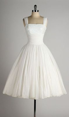 I can see this vintage white chiffon dress as a wedding dress Vestidos Vintage, Vintage 1950s Dresses, Vintage Outfits, Vintage Fashion, Vintage Clothing, Vintage Costumes, Pretty Outfits, Pretty Dresses, Beautiful Outfits