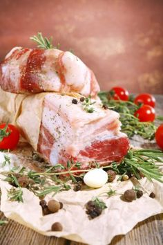 Сырой бекон с пряностями и помидоров на деревянный стол Camembert Cheese, Bacon, Spices, Dairy, Food, Spice, Essen, Meals, Yemek
