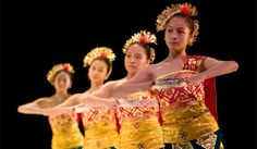 Tari Pendet - Balinese dance is performed exclusively for purposes of religious ceremonies. This dance was created by dance artists of Bali, I Nyoman Kaler, in the 1970's  which tells the story of the decline Goddesses heaven to earth