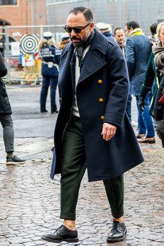 ネイビーコートは品の良さを備えた汎用性抜群のメンズ鉄板アウター!注目の着こなし&おすすめアイテムを紹介 | 男前研究所 Swag Style, Style Casual, Large Men Fashion, Mens Fashion, Fashion 2020, Style Hipster, Style Streetwear, Style Urban, Navy Coat