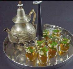 Té a la menta ó té marroquí,ayuda cuando hay altas temperaturas,se realiza con menta y té verde,por ser té verde y sabor mentolado,es bueno para acompañar,frutos rojos,después de comer pescados y  mariscos,y tambien,sirve  para beber acompañando carnes blancas.