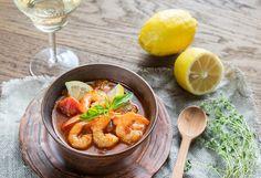 Gastronomia - Provence é o lar da bouillabaisse fish stew, traduzindo peixe ensopado; aioli garlic mayonnaise, traduzindo um molho provençal que lembra a maionese, mas um pouco mais sofisticado; tian vegetable bakes, traduzindo assado de vegetais em recipiente de barro; sopa e tapanadas ao pesto; Anchoiade pasta de anchova; papaline de chocolate e nougat. Seja doce ou salgado, os sabores são de extrema importância na Provence
