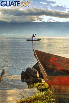 Guate360.com | Fotos de Lago de Atitlán - Pescador en cayuco en el Lago de Atitlan, Guatemala