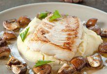 Gebakken kabeljauw met knoflook-aardappelpuree en champignons Dutch Recipes, Fish Recipes, Seafood Recipes, Cooking Recipes, Dinner Recipes, Easy Healthy Recipes, Easy Meals, Sushi Fish, Ocean Food