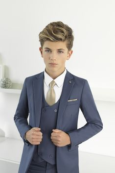 Paisley of London introduces Ford the modern ultra-slim five-piece suit that is a wardrobe must-have. Crafted with precision Fords ultra-slim tailored design ensures that your young gent is going to turn heads and most importantly feel amazing! Teenage Boy Fashion, Young Boys Fashion, Kids Fashion, Boys Navy Suit, Boys Suits, Navy Suits, Kids Wedding Suits, Wedding With Kids, Classy Suits