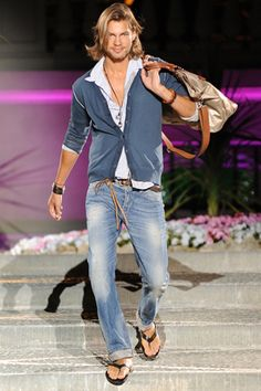 Pitti Immagine Uomo: anticipazioni delle tendenze moda primavera estate 2012 Il modello indossa abiti griffati Pitti Uomo (c) Foto: www.kikapress.com