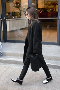 Are those oxfords I see on Victoria Beckham? It's so rare to see Victoria Beckham in flats but when she does wear them, she wears them well! Fashion Mode, Moda Fashion, Fashion Trends, Style Fashion, Tokyo Fashion, Fashion Photo, Net Fashion, Fashion Black, Fashion Clothes