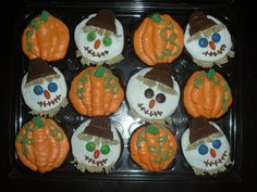 Amy's Daily Dose: Tons of Awesome Fall Cupcake Designs Kid Cupcakes, Pumpkin Cupcakes, Halloween Cupcakes, Halloween Treats, Cupcake Cakes, Cupcake Ideas, Autumn Cupcakes, Thanksgiving Cupcakes, Cupcake Decorations