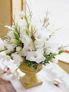 un beau bouquet de fleurs blanches sur la table de Noël