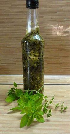Jak si doma vyrobit bylinkový ocet nebo olej | recept Korn, Preserves, Vinegar, Detox, Smoothie, Glass Vase, Food And Drink, Herbs, Homemade