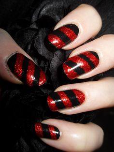 Unhas decoradas vermelhas com listras