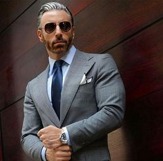 Do you want to know the secrets of some of the most stylish men? Check out these men's style tips and instantly upgrade your style. Light Grey Suits, Grey Suit Men, Grey Suit Blue Tie, Dapper Gentleman, Gentleman Style, Mens Fashion Suits, Mens Suits, Costumes Gris Clair, Terno Slim