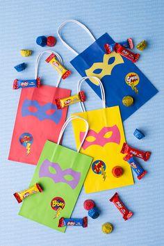 Diy superhero party bags — these superhero party bags filled with amazing c Superhero Party Bags, Superhero Party Favors, Superman Birthday Party, Birthday Candy, Batman Party, Birthday Parties, 4th Birthday, Diy Party Bags, Party Favor Bags