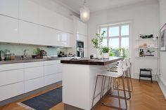Incantevole appartamento a Goteborg Scandinavian Kitchen, Scandinavian Design, Kitchen Dining, Dining Room, Home Kitchens, Beautiful Homes, Sweet Home, Interior Design, Furniture
