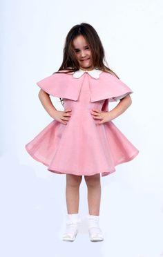 Ipek keten organik kumaştan dikilmiş 1-2 Y / 3-4 Y ve 5-6 Y bedenleri bulunan kız çocuk kısa pelerinli elbise.