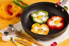 I fiori di peperoni con uova sono un'idea davvero simpatica e colorata per servire le uova all'occhio di bue!