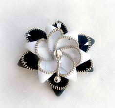 Broche flor blanca y negra de ZipperDesign