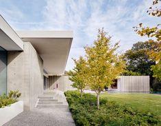 Three cast-concrete volumes form Preston Hollow house by Specht Architects Concrete Steps, Concrete Wall, Concrete Houses, Preston, Residential Architecture, Modern Architecture, Roof Shapes, House On Stilts, Roof Structure