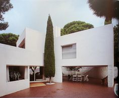 CASA UGALDE Journalist Pati Núñez traces a portrait of José Antonio Coderch from interviews with twenty-one characters such as Óscar Tusquets, Oriol Bohigas or Rafael Moneo; In the picture, the Ugalde house. Walter Gropius, Exterior Design, Interior And Exterior, Cades, Architecture Résidentielle, Villa, Mediterranean Homes, Mediterranean Architecture, Building Exterior
