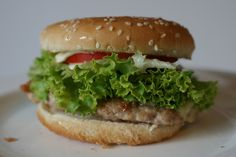 Zutaten für  Chickenburger: 5 Hühnerkeulen, 15 dag Käse, 2 Tomaten, 4 EL Öl, 4 Sesamsemmeln, 4 Salatblätter. Zubereitung Chickenburger: 2  Tomaten in… Hamburger, Chicken, Ethnic Recipes, Food, Tomatoes, Meat, New Recipes, Meal, Eten